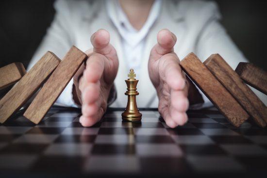אדם מגן עם ידיו על מלך בשחמט